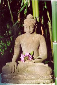 Bouddha sculpté en pierre de lave
