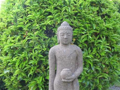 Bouddha en pierre de lave sculptée